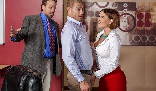 Сисястая секретарша в короткой юбке задрала ноги на столе в офисе...