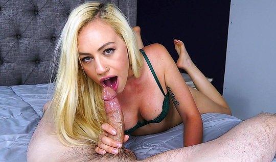 Блондинка в узких трусиках сосет длинный член мужа, позируя перед виде...