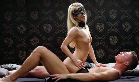 Блондинка с маской на лице доминирует над возлюбленным и оказывается с...