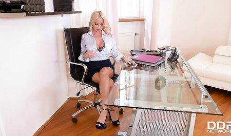 Развратная блондинка дала боссу в анальную дырку прямо в офисе...