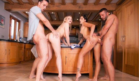 После бассейна свингеры на кухне устроили страстные потрахушки...