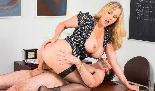 Грудастая блондинка подставляет дойки и киску для секса на столе...
