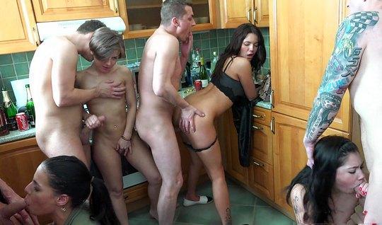 На кухне толпа развратных свингеров развлекает друг друга оргией...