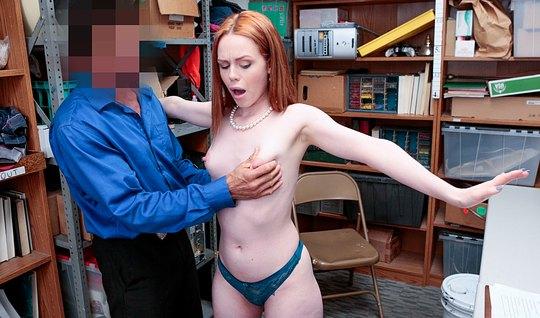 рыженькая девушка в офисе расплачивается за кражу своим телом...