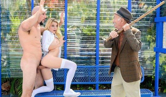 Молоденькая блондинка в чулках трахается в публичном месте