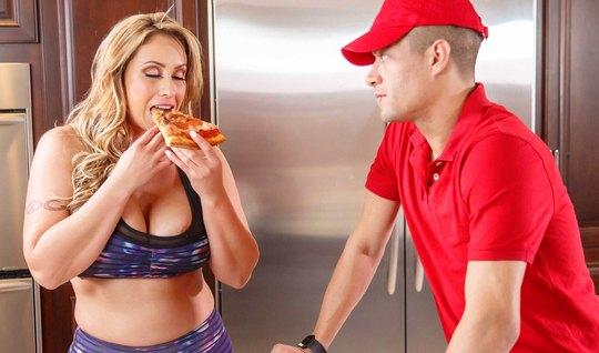 Блондинка с большими дойками соблазнила доставщика пиццы...