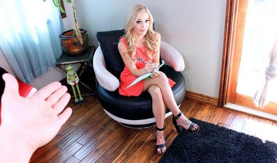 Молодая блондиночка подставляет свои тугие дырочки мужикам за деньги...