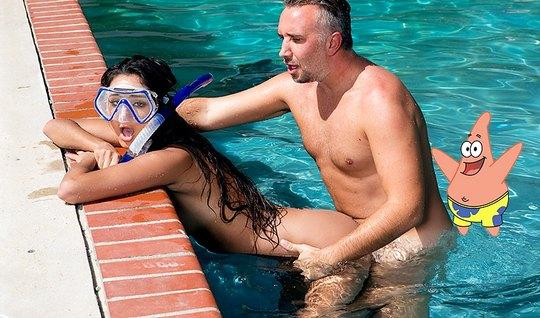 Молодая брюнетка стала рачком в бассейне для траха по-быстрому с мужик...