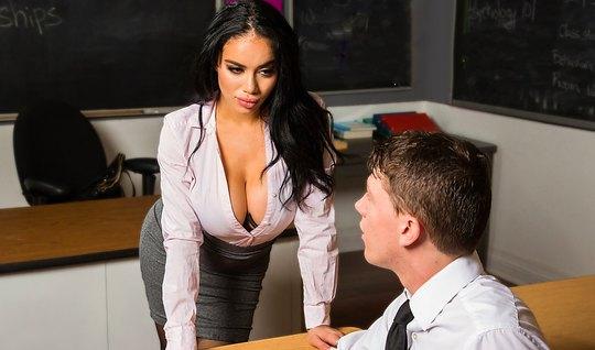 Грудастая брюнетка в чулках на учительском столе раздвинула ноги перед...