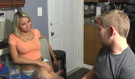 Блондинка не против домашнего порно на видео камеру с парнем
