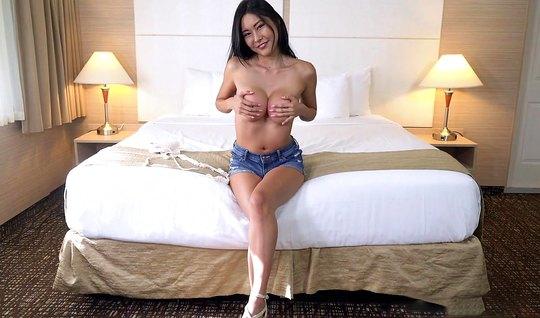 Азиаточка пришла на кастинг и начинает заниматься сексом с новым друго...