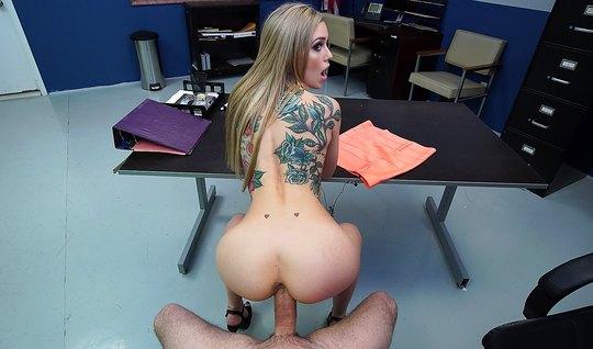 Жопастая блондинка с тату согласилась получить член полицейского в ана...