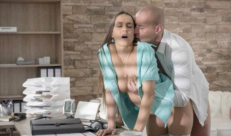 Сексуальная медсестра трахнулась с пациентом в кабинете...