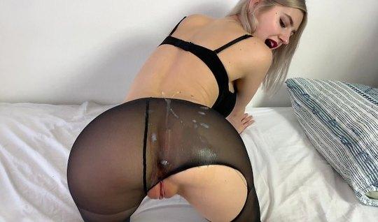 Русская блондинка Тини Тин встала рачом в чулках и приняла сперму на с...