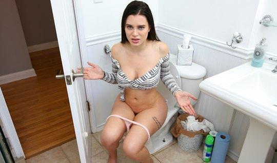 Брат зашёл в ванную к сводной сестре и трахнул её большую попку...
