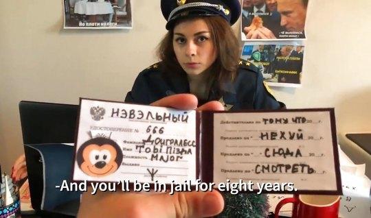 Русская пародия о страстных буднях очаровательной полицейской в форме