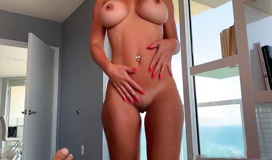 Любовник держит камеру и снимает секс с грудастой подругой крупным пла...