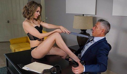 Секретарша с длинными ногами отсосала у босса и дала себя отыметь...
