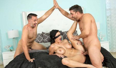 Грудастая красотка наслаждается членом мужа и его дружка