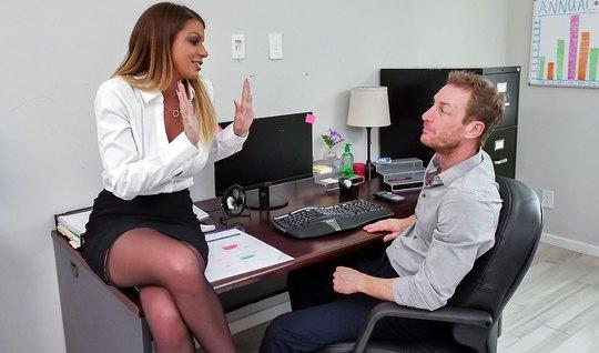 Начальница в чулках позвала помощника в офис и развела его на секс...