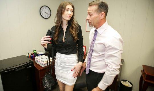 Секретарша в чулках прямо в офисе подставляет киску в позе раком...