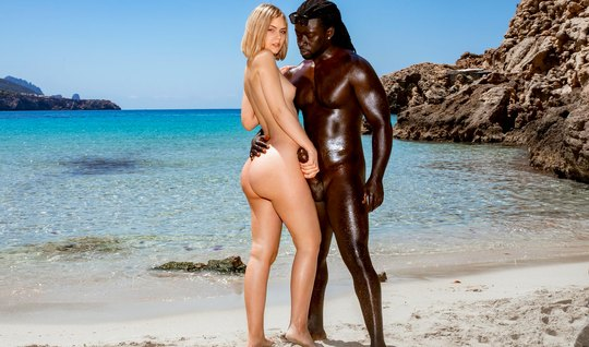 Негр с блондинкой на природе занимаются красивым сексом до оргазма...