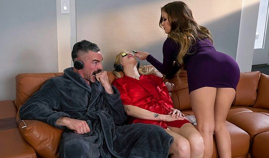 Жена не замечает, как ее похотливый муж трахает членом грудастую шлюшк...