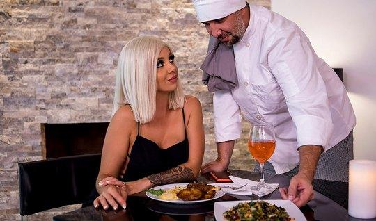 Повар устроил для блондинки в чулках горячий ужин с анальным сексом