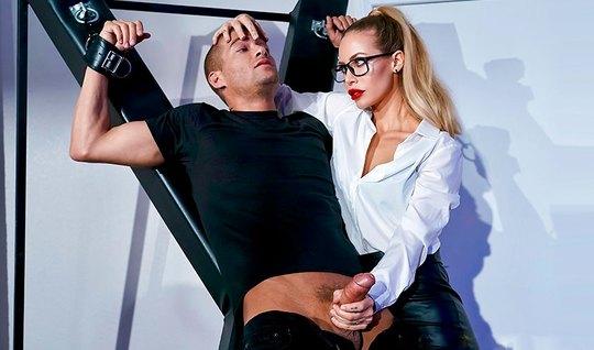Строгая блондинка устроила для паренька доминирование с оргазмом...