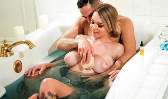 Татуированная нежная блондинка обожает красивый секс после принятия ва...