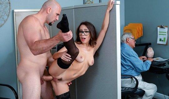 Секретарша в чулках прямо в офисе занимается сексом на рабочем столе...