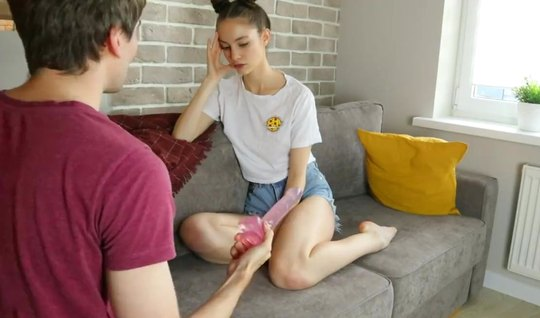 Молоденькая подружка с тугими дырочками развлекается с парнем на камер...