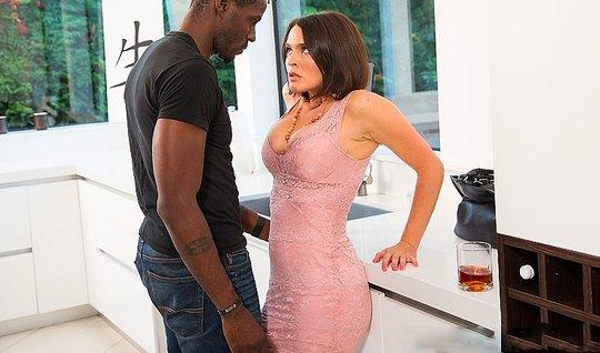 Женщина с большой грудью занимается сексом с высоким негром...