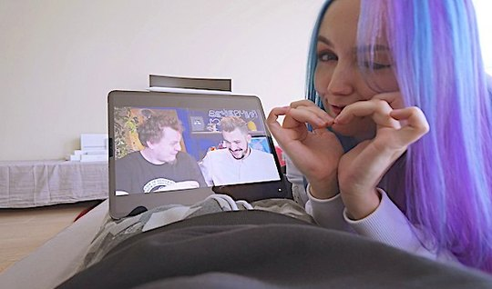 Русская девушка с голубыми волосами обожает съемки домашнего секса...