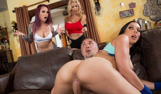 Три грудастые дамы скачут на большом члене довольного паренька...