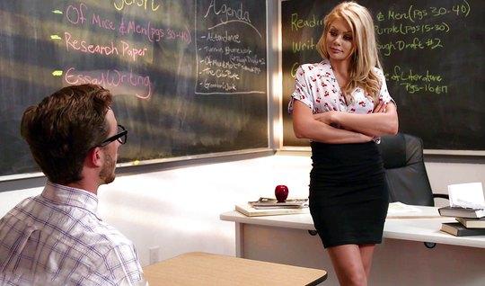 Студент и блондинка училка в чулках прямо в классе занимаются сексом...
