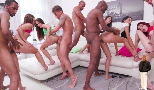 Девушки и толпа парней в одной гостиной устроили анальную оргию...