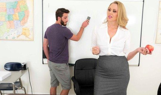 Зрелая дамочка в офисе соблазнила одного паренька на горячий трах...