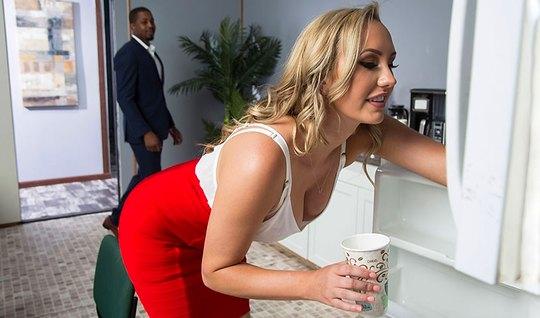 Блондинка секретарша в чулках занимается сексом с накаченным негром...