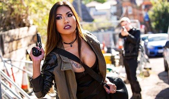 Брюнетка азиатка с большими дойками соблазнила охранника