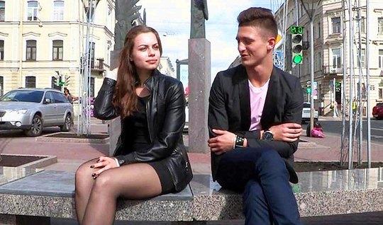 Молодая девушка поддалась на уговоры русского пикапера и повелась на с...