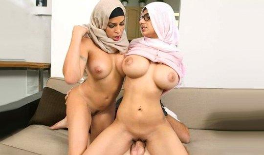 Две арабки с большими дойками обожают групповое порево с одним членом...