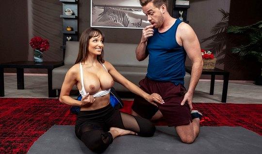 Мамка с большими сиськами соблазнила на секс своего тренера по йоге...