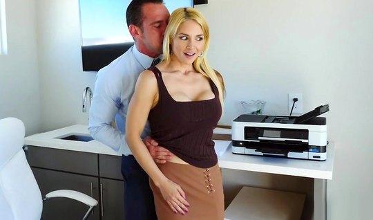 Блондинка секретарша в офисе подставляет задницу для анального секса...