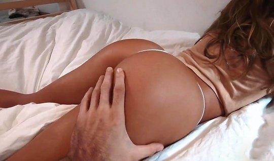 Жена мулатка подставляет большую попку для домашнего порно и кайфует о...