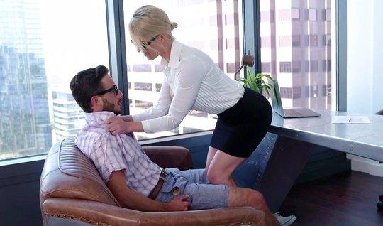 Зрелая красотка секретарша кончает от порки с очкариком в офисе...