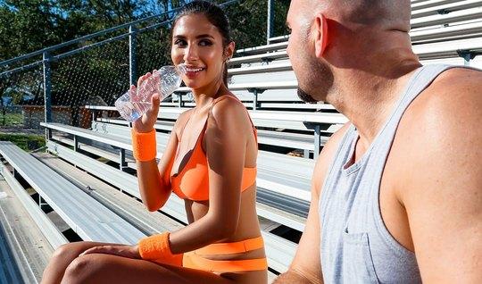 Брюнетка после тренировки занимается любовью с накаченным тренером...
