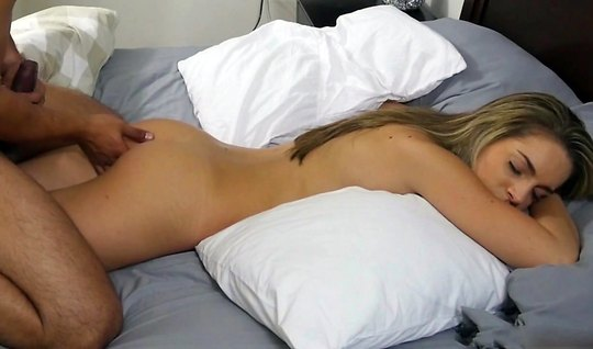 Молодая девушка в спящем режиме подставляет киску для съемки домашнего...