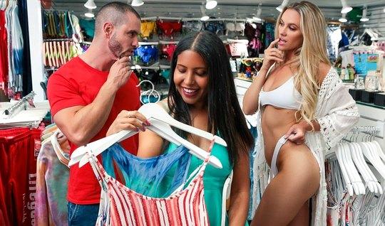 Красотка в магазине спровоцировала парня на измену своей подружке...