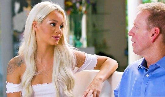 Блондинка после душа сделала мужику массаж и затрахала киской